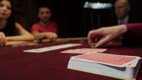 在啤牌桌上的卡片 人们打在背景的扑克 赌博娱乐场赌博 股票录像