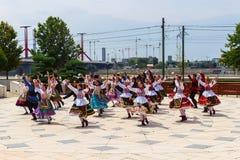 在全国服装的匈牙利舞蹈在布达佩斯 免版税库存照片