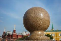 在克里姆林宫的背景的花岗岩球 免版税库存照片