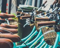 在咖啡馆的蓝色自行车的 免版税库存照片