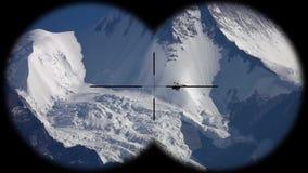 在喜马拉雅山高地的Deltaplan飞行在尼泊尔通过被看见的双筒望远镜的 远足,登山和 影视素材