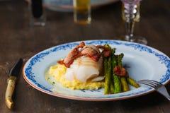 在板材的鳕鱼有sparris和烟肉的 免版税图库摄影