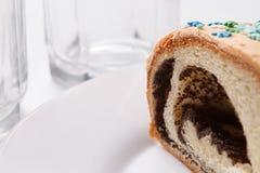在板材的鸦片蛋糕 免版税图库摄影