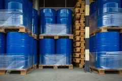 在桶存放的有毒废料/化学制品在植物-有化学制品的,产业油桶,化工坦克,有害废料罐头, 免版税库存图片
