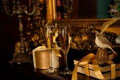 在桌上的两块香槟玻璃,圣诞礼物 图库摄影