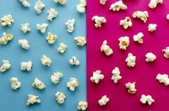 在桃红色和蓝色背景的玉米花 免版税库存图片