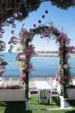 在桃红色的婚姻的曲拱 免版税库存照片