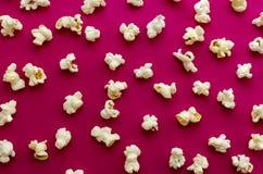 在桃红色背景的玉米花 免版税库存照片