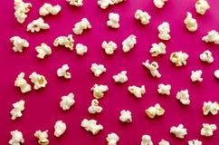 在桃红色背景的玉米花 免版税库存图片