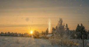 在森林附近的一栋小原木小屋,在日落,一个美好的冬天风景的美好的降雪 录影圈 股票录像