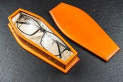 在棺材的玻璃 激光眼睛手术或买您的隐形概念 免版税图库摄影
