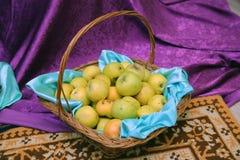在棕色柳条筐特写镜头的许多成熟苹果 富有的收获:篮子用新鲜的绿色苹果 免版税库存照片