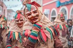 在棕色,绿色,红色长袍的友好的carnaval图显示手势 狂欢节在德国南部-黑森林 库存图片