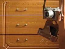 在橡木洗脸台背景的老照片照相机与框架 库存照片