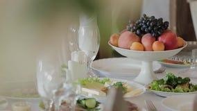 在欢乐桌上的果子板材在餐馆 股票视频