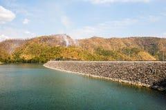 在水坝上的山在秋天的泰国 库存照片