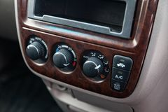 在气候控制按钮的特写镜头在灰色的一辆老日本汽车内部在清洗以后 库存图片
