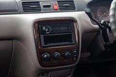 在气候控制按钮的特写镜头和在一辆老日本汽车内部的音象系统在灰色在清洗以后 免版税库存图片
