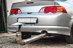 在汽车的可笑排气管 免版税库存图片