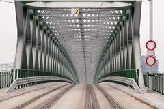 在河多瑙河的电车轨道桥梁在布拉索夫,斯洛伐克都市  有老新的路桥梁的现代建筑 库存照片