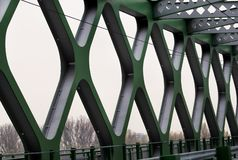 在河多瑙河的电车轨道桥梁在布拉索夫,斯洛伐克都市  有老新的路桥梁的现代建筑 免版税库存照片
