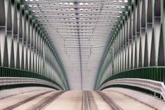 在河多瑙河的电车轨道桥梁在布拉索夫,斯洛伐克都市  有老新的路桥梁的现代建筑 免版税库存图片