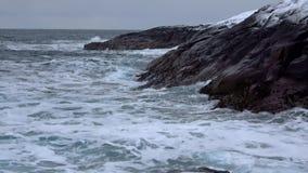 在沿海峭壁附近的波浪,冬日 巴伦支海海岸,俄罗斯 影视素材