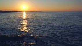 在沿海的五颜六色的日落 股票录像