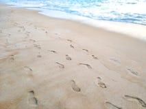 在沙子的脚印在海滩 库存照片