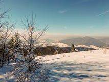 在波兰山的冬天风景 免版税库存照片