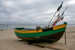 在波罗的海的冬天,在海滩的渔船 库存图片