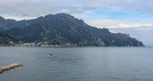 在海岸的港看法与云彩 免版税库存照片