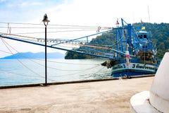 在海岛上的渔船船 免版税库存照片