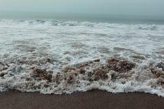在海海滩的水流量 免版税图库摄影