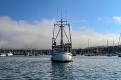 在海湾的中号小船,正面图 免版税库存照片