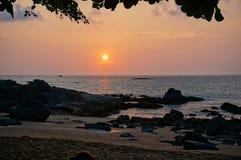 在海滩的美妙的日落在泰国 免版税图库摄影