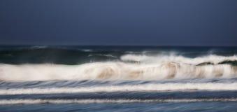 在海滩的肮脏的波浪 图库摄影