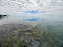 在海的低密集的云彩 与海滩和旅馆的海滨 图库摄影