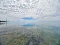在海的低密集的云彩 与Pebble海滩和旅馆的海滨 库存照片