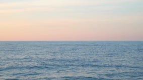 在海的天际线日落时间的 股票视频
