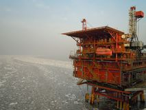 在渤海海湾的近海生产平台 免版税库存照片