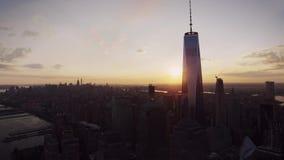 在温暖的平衡的橙色日落的纽约普遍的现代地平线都市风景在华美的寄生虫空中全景跨线桥 股票视频