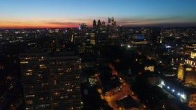 在温暖的橙色平衡的日落天空的印象深刻的4k空中寄生虫跨线桥在城市明亮的夜光照明都市风景 股票视频