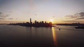在温暖的橙色平衡的日落天空的迷人的寄生虫空中全景飞行在纽约都市普遍的地平线都市风景 股票视频