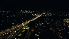 在港口桥梁的交通在晚上 股票录像