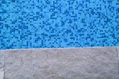 在游泳场的蓝色被剥去的水与路面边缘的热带手段的  一部分的游泳场底下背景 免版税库存图片