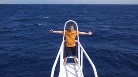 在游艇弓的可爱的男孩身分 股票录像