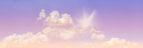 在清楚的天空蔚蓝和阳光的Cloudscape 库存照片