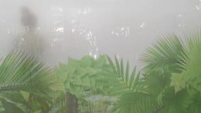 在湿蒸汽浴-在玻璃外部的叶子设计的夫妇 影视素材