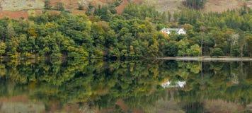 在湖Buttermere,湖区的可爱的反射 免版税库存图片